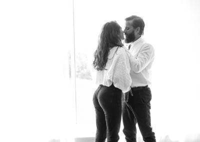 Photo en noir et blanc. William et une amie pose sensuellement devant une fenêtre.
